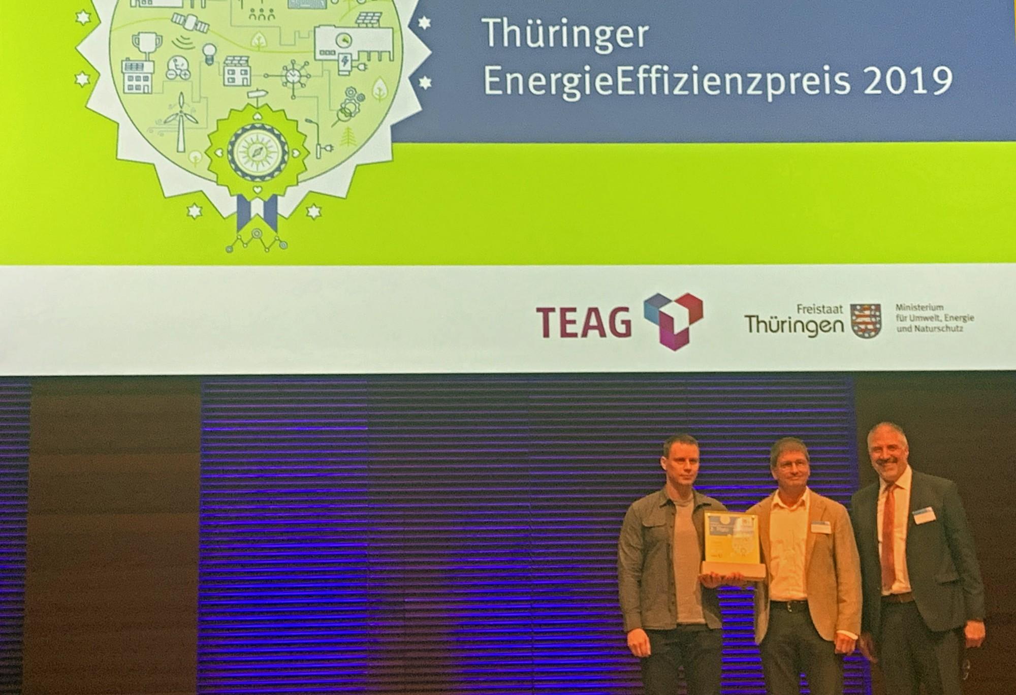 JAT-Geschäftsführer Preuss (Mitte) erhält vom ThEGA-Chef Prof. Sell (rechts) den EnergieEffizienzpreis 2019